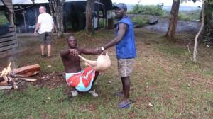 Un tatou acheté à des chasseurs bushinenge au fil de l'eau.