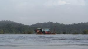 Une barge d'orpaillage habitable