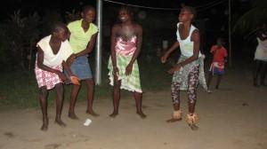 Jeunes danseuses dans un village